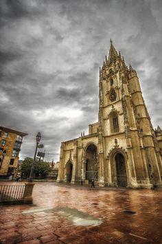La Catedral de San Salvador de Oviedo.  La Santa Iglesia Basílica Catedral Metropolitana de San Salvador de Oviedo es una catedral de estilo gótico que se encuentra en la ciudad de Oviedo (Principado de Asturias, España). Es conocida también como Sancta Ovetensis, refiriéndose a la calidad y cantidad de las reliquias que contiene. #Catedral #Church #God