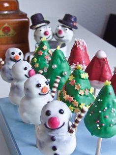 Also ich mag an Weihnachten Schneeflocken und Kerzenschein. Den Duft von Gebackenem, den Geschmack von Zimt und Lebkuchen. Es stellte sich also die Frage, was eine Weihnachts-Cakefactory so zaubern könnte. Als bekennender Cakepops-Junkie war die Entscheidung dann aber doch noch schnell getroffen: weihnachtliche Cakepops mit Lebkuchengeschmack. Oooh, es klang traumhaft in meinen Ohren. Einfach das …