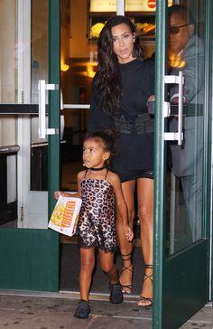 Ce jour là, Kim Kardashian avait choisi de mettre un mini-déshabillé léopard à sa fille...