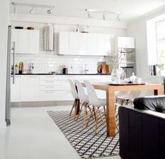 cuisine scandinave, table en bois rectangulaire, chaises scandinaves et tapis carreaux de ciment