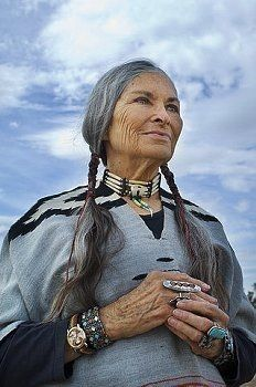 Native American Women of Wisdom. Native American Beauty, Native American Indians, Beautiful Old Woman, Beautiful People, Mode Ab 50, Photographie Portrait Inspiration, Ageless Beauty, Going Gray, Grey Hair
