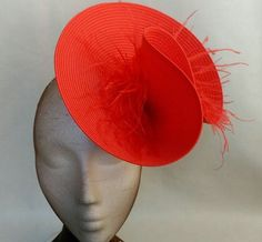 Red fascinator decorated with feathers. It is support by a comb. It is a perfect accesory that matches with any dress color. It is a very look good on fascinator. The headdress has been hand sewn. Any color headdress can be changed to order. Sombreros Fascinator, Red Fascinator, Top Hats For Women, Women Hats, Barrette, Red Cocktails, Wedding Hats, Red Wedding, Ascot Hats