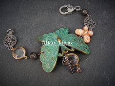 bracelet papillon épousant le poignet , vert de gris : Bracelet par lilicat