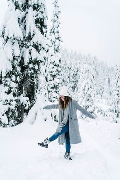 5 Tips on Dressing For the Snow - To Vogue or Bust - - 5 Tips on Dressing For the Snow – To Vogue or Bust To Vogue or Bust Beste Schneeschuhe von To Vogue oder Bust Snow Photography, Girl Photography Poses, Travel Photography, Cute Snow Boots, Shotting Photo, Winter Instagram, Instagram Blog, Snow Pictures, Foto Casual
