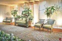 side look - bianca sofa and simple screen Wedding Backdrop Design, Garden Wedding Decorations, Pelaminan Modern, Modern Classic Interior, Background Decoration, Wedding Mood Board, Rustic Wedding, Outdoor Furniture Sets, Wedding Trends
