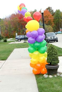 Rainbow Balloons for a Wizard of Oz party #rainbowarch #wizardofoz