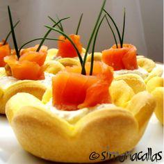 Aperitive festive cu peste si fructe de mare Romanian Food, Food Art, Cantaloupe, Pineapple, Salads, Recipies, Food And Drink, Appetizers, Cooking Recipes