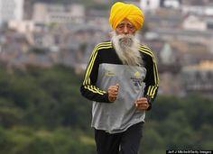 Fauja Singh, el maratonista más grande del mundo. Actualmente tiene más de 100 años, y sigue corriendo.