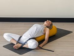 Four ways to use a yoga strap - Stretch Now Ashtanga Yoga, Iyengar Yoga, Kundalini Yoga, Yoga Meditation, Pranayama, Sangle Yoga, Yoga Gurt, Restorative Yoga Poses, Yoga Bolster