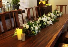 Rangkaian bunga pada meja panjang+asessoris lampu lilin