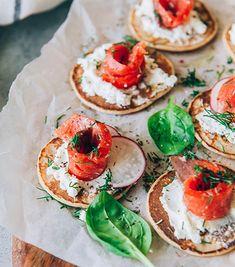 20 idées d'amuse-bouches pour en mettre plein la vue - ELLE.be Xmas Dinner, Bridal Shower Tea, Caprese Salad, Afternoon Tea, Entrees, Fit, Food And Drink, Cocktails, Menu