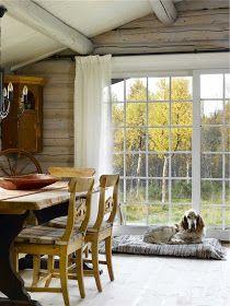 Lyst og lett, men koselig hyttepreg – Happy Homes Norge Window Coverings, Kos, Farmhouse Style, Dining Table, Dining Rooms, Cottage, Cabin, Windows, Rustic