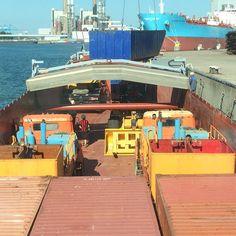 """""""Toch weer een paar containers  en een bulldozer, 2 kleine vrachtwagens en een kraan. Bakkie vol #rotterdam #haven #laden #binnenvaart"""""""