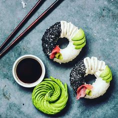 An Australian vegan cook has pioneered the creation of a new form of sushi. These heavenly sushi donuts are handmade in donut molds with all the traditional sushi ingredients and topped off with wasabi, black sesame seeds, and avocado. Sushi Burger, Sushi Food, Healthy Sushi, Veggie Sushi, Donut Form, Sushi Donuts, Sushi Cake, Cronut, How To Make Sushi