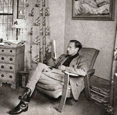 Leslie Howard relaxing at home. Notice the decor. Look Vintage, Vintage Men, Leslie Howard, Home Movies, Silent Film, Esquire, Classic Hollywood, Burlesque, Candid