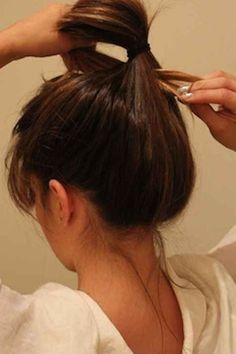 In 15 seconds to trend hairstyle: This Messy Bun guide is .- In 15 Sekunden zur Trendfrisur: Diese Messy Bun Anleitung ist super easy & stylish! Messy Bun Instructions: In a few steps to a stylish look - Ponytail Hairstyles, Trendy Hairstyles, Wedding Hairstyles, Messy Bun Anleitung, Beauty Secrets, Beauty Hacks, Beauty Tips, Hair Hacks, Your Hair