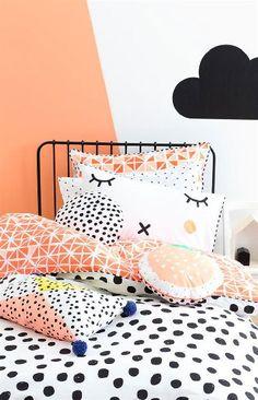 Une peinture saumon, moins intense que l'orange avec du blanc dans une chambre, un gros nuage peint à main levée au dessus du lit, un linge de lit dans les mêmes couleurs, voilà une chambre de fille bien douillette.
