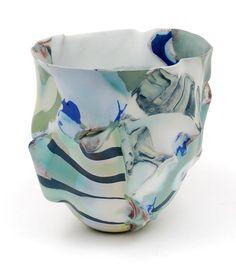 Dunwandig porseleinen vaas Het Gezicht gevormd uit lappen ingekleurde porseleinklei ontwerp uitvoering Babs Haenen in eigen atelier Amsterdam / Nederland 1985
