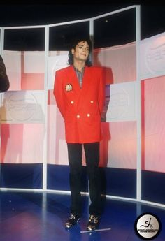 Michael Jackson BAD wallpaper probably with an overclothes, a box coat, and regimentals in The Bad Era Club Photos Of Michael Jackson, Michael Jackson Wallpaper, Michael Jackson Bad Era, Mike Jackson, Bad Michael, Bad Photos, King Of Music, King Of Hearts, In This World