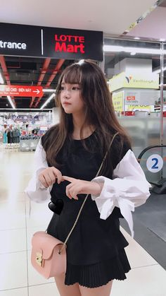 Me, being all upset and frightened the second I lose the sight of you. Ulzzang Korean Girl, Cute Korean Girl, Cute Asian Girls, Beautiful Asian Girls, Cute Girls, Korean Girl Fashion, Ulzzang Fashion, Korea Fashion, Uzzlang Girl