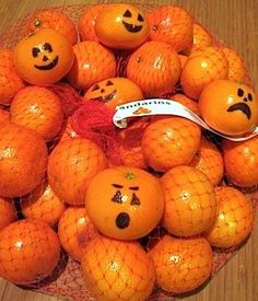 Great idea for healthy Halloween snacks! Draw jack-o-lantern faces on mandarin oranges! Fröhliches Halloween, Halloween Treats For Kids, Easy Halloween Decorations, Halloween Birthday, Halloween Party Decor, Holidays Halloween, Halloween Clothes, Halloween Goodies, Halloween Party Ideas Classroom