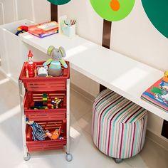 Brinquedos no lugar e tudo organizado com a nossa cesta plástica da linha Suprema. Aproveite para ensinar aos pequenos a importância de guardar os bonecos, jogos e carrinhos :) #organização #organizer #design