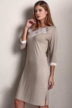 Dámská dlouhá noční košilka LISA ze 100% bambusového vlákna v příjemné béžové barvě, s tříčtvrtečními rukávy.
