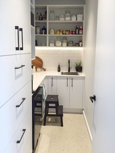 Butler's pantry layout and styling tips. Stylish black and white butler's pantry. See all the photos of this space and video tour by clicking on the image above ^^