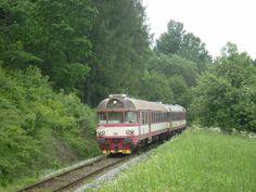 Spěšný vlak č. 1810 míří do Martinic v Krkonoších.