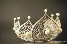 Inspiration only! 2,358 diamonds & 14 rare pearls - most expensive crown known (>1 million $)