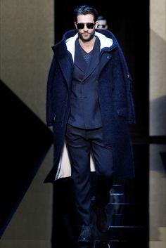 Guarda la sfilata di moda uomo Giorgio Armani a Milano e scopri la collezione di abiti e accessori per la stagione Autunno Inverno 2017-18.