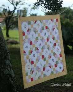 Manta patchwork bordada à mão.  #patchwork #quilt #babyquilt #embroidery #handmade @gartenatelie