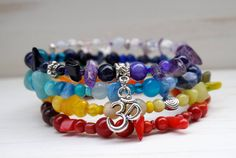 Un bracelet boho unique aux couleurs des chakras pour un look zen!  Ce bracelet est composé de pierres semi-précieuses variées et de trois