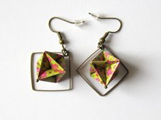 Origami, boucles d'oreilles géométriques, diamant vert pomme fleui avec breloque carrée bronze : Boucles d'oreille par kirikat