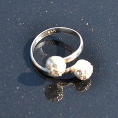 http://www.dczilverjuwelier.nl/zilveren-ringen/Strass-6007  Prachtige ring van zilver met strass
