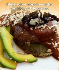 FILETE SOBRE NOPAL EN SALSA DE FRIJOL Y CHILE ANCHO