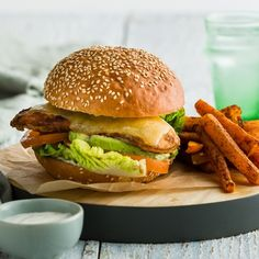 Spiced Chicken Burger with Ranch Sauce & Avocado Chicken Spices, How To Cook Chicken, Bun Burger, Carrot Chips, Fries, Avocado, Roast, Bbq, Barbecue