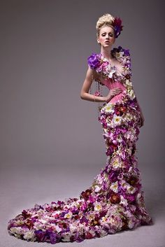 See more about flower dresses, purple flowers and flower fashion. Foto Fashion, Fashion Art, High Fashion, Girls Dresses, Formal Dresses, Wedding Dresses, Wedding Attire, Beauty And Fashion, Floral Fashion