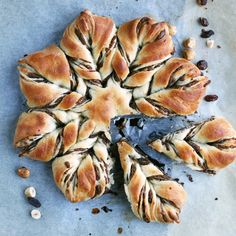 Raisin and Hazelnut Star Bread. Star bread with cinnamon raisin and hazelnut filling. This cozy bread is full of wholesome ingredients but it's low in fat and sugar. Vegan Thanksgiving, Thanksgiving Desserts, Holiday Desserts, Holiday Recipes, Thanksgiving Ideas, Holiday Baking, Holiday Parties, Delicious Desserts, Dessert Recipes
