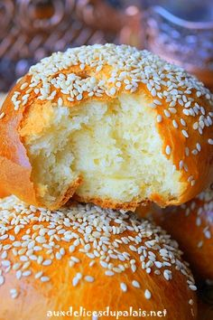 Constantinois Chrik ultra sweet Algerian brioche scented with orange blossom water and topped with sesame seeds a delight to accompany tea or coffee. Algerian Recipes, Filled Cookies, Exotic Food, Baked Chicken Recipes, Dessert Bread, Middle Eastern Recipes, Dough Recipe, Food Dishes, Great Recipes