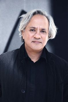 Sir Anish Kapoor, CBE RA (born 12 March is an Indian sculptor. Born in Bombay, Kapoor has lived and worked in London since the early when he moved to study art, first at the Hornsey College of Art and later at the Chelsea School of Art and Design. Anish Kapoor, Georges Braque, Andrea Mantegna, Chelsea School Of Art, Designers Gráficos, Photo Portrait, Portrait Art, Art Disney, Environmental Art
