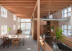 A escadaria terras em uma mesa dentro de casa por Tato Arquitetos