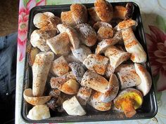 Do vyššího pekáčku jsem naskládal plátky mírně prohřátého uzeného laloku. Na něj pak pokládal vrstvy menších hub, mokrých, které průběžně solil,...
