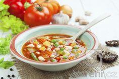 Tradiční hustá italská zeleninová polévka. Název Minestrone pochází z italského slova minestra - polévka. Cheeseburger Chowder, Thai Red Curry, Ramen, Chili, Food And Drink, Soup, Ethnic Recipes, Fit, Chili Powder