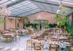 A nossa principal dica para realizar um mini wedding em restaurante é na hora de pesquisar, faça um levantamento de restaurantes que tenham a cara de vocês, e verifiquem se o lugar comporta o número de convidados que pretendem convidar. Isso é fundamental.