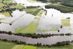 Kuva on ollut Kaleva- nimisessä sanomalehdessä. Pohjan maan joet tulvivat niin paljon, että kuvasta näkyy selvästi, että pellot ovat ihan veden peitossa.(vähä niinkuin järvi.) Kirjoittanut Olivia ja Vilmiina:)