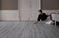 Pvc vloer met houtlook. Geschikt voor alle ruimten zoals de badkamer, woonkamer, keuken of slaapkamer. Past zowel in een modern interieur als een industrieel Interieur. Geschikt voor vloerverwarming. Bestel tot 6 gratis vloerstalen op onze website. #pvcvloer #pvc #vloer #vloeren #pvcvloeren #badkamer #woonkamer #keuken #licht #donker #taupe #bruin #grijs #groef #houten #houtlookPro Flex - Grey oak: Loose-lay pvc vloer (884) € 29,95 / m2 (incl. BTW)