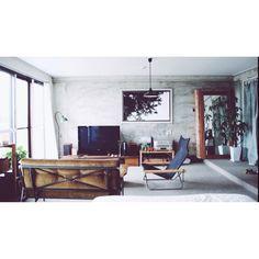 男性で、1LDK、一人暮らしのニーチェア/リノベーション/鏡/テレビ/絨毯/照明…などについてのインテリア実例を紹介。「築50年の賃貸住宅セルフリノベーション。壁紙を剥がしたら味のあるコンクリートが出てきたのでそのまま住んでいます。」(この写真は 2014-07-25 00:19:24 に共有されました)