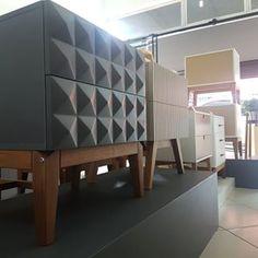 Um pouquinho do nosso show room! . Venha conhecer nossa loja ou acesse nosso site www.aprimoredecor.com.br . #criadomudo #moveis #moveisdesign #furniture #furnituredesign #mobilia #cool #aprimoredecor Divider, 3d, Room, Furniture, Home Decor, Cool Ideas, Decorating Ideas, Painting Furniture, Okra