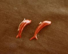 DEDICATO A GIANNI ATZORI: Prendevano forma a Su PallosuDELFINI E STATUINEalcuni suoi gioielli in corallo
